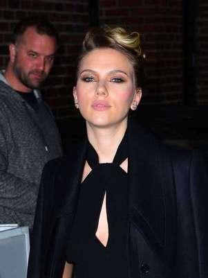 Scarlett Johansson llevó un escote menos pronunciado de los que solía usar. Foto: Getty Images