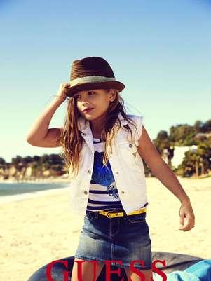 En esta imagen publicitaria proporcionada por Guess? Inc., la hija de 6 años de Anna Nicole Smith, Dannielynn Birkhead, sigue los pasos de su madre y modela para una campaña de Guess Kids.  Foto: Guess? Inc. / AP