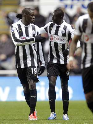 Newcastle United's Senegalese striker Demba Ba (L) celebrates with Senegalese striker Papiss Cisse scoring their first goal against Wigan Athletic during an English Premier League football match at St James Park, Newcastle upon Tyne, England, on December 3, 2012. Foto: Getty Images