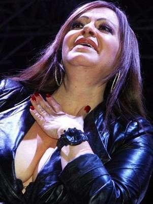 """Jenni Rivera cantó """"hay momentos en que quisiera mejor rajarme, y arrancarme ya los clavos de mi penar, pero mis ojos, y mi cariño con la aurora te vuelven a esperar"""" a su hija. Foto: Reforma"""