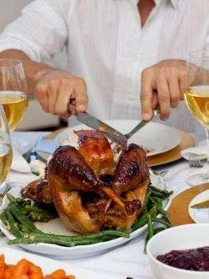 Procura rodearte de amigos y conocidos y no sólo enfocarte en la comida. Foto: Getty Images
