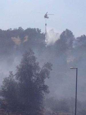 Helicópteros y personal de CONAF apoyan a bomberos en control de incendio forestal ocurrido en Lo Barnechea. Foto: @Bomba_Decima