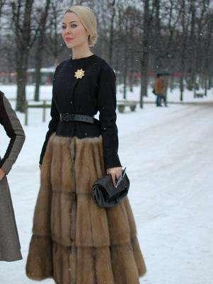 La diseñadora rusa, Ulyana Sergeenko, usó un vestido con falda de piel para asistir al desfile de Dior. Foto: Daniela Fetzner / Especial para Terra