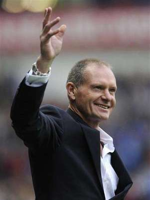 Ex-Rangers' player Paul Gascoigne reacts to the supporters' reception for him at half time during their Scottish Premier League soccer match against St Mirren at Ibrox Stadium, Glasgow, Scotland October 15, 2011. Foto: Russell Cheyne / Reuters