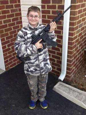 El padre colocó en su perfil de Facebook la imagen del niño, de once años, vestido con ropa de camuflaje y enarbolando el rifle Foto: AP