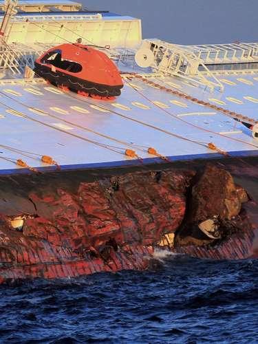 El escape desde el lujoso crucero de línea, en medio del terror y el caos, pareció sacado de una escena de Titanic, según recuerdan muchos de los más de 4.000 pasajeros y tripulantes del navío, que encalló el viernes por la noche frente a las costas italianas y quedó totalmente recostado sobre estribor, con un boquete de unos 50 metros (160 pies) en el casco.