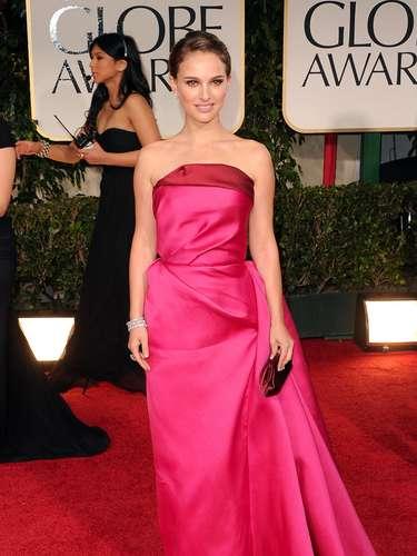 Dulce y femenida, Natalie Portman pisó por primera vez luego de su embarazo la alfombra roja y lo hizo a todo color con un vestido fucsia de Lanvin y joyas de Harry Winsto. Su vestido con un pliegue rojo en el busto tenía un aire al de Angelina Jolie, pero los pliegues alrededor marcaron la diferencia.