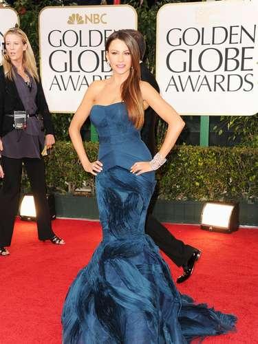Sofia Vergara lleva un vestido de corte de Sirena de Vera Wang. El vestido strapless en azul profundo, uno de los colores de la noche, revela su fabulosa figura. La actriz de Modern Family complementó su look con joyas de Harry Winston.