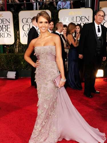 Jessica Alba lució clásica y glamorosa en Gucci con un vestido strapless color lavanda con detalles bordados que acomplaño con Giuseppe Zanotti y zapatos Roger Vivier.