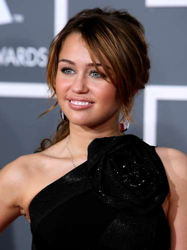 LOS ANGELES, CA - FEBRUARY 08:  Singer Miley Cyrus arrives at the 51st Annual Grammy Awards held at the Staples Center on February 8, 2009 in Los Angeles, California.  (Photo by Frazer Harrison/Getty Images)