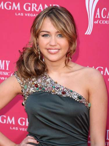 LAS VEGAS - APRIL 05:  Singer Miley Cyrus arrives at the 44th annual Academy Of Country Music Awards held at the MGM Grand on April 5, 2009 in Las Vegas, Nevada.  (Photo by Jason Merritt/Getty Images)