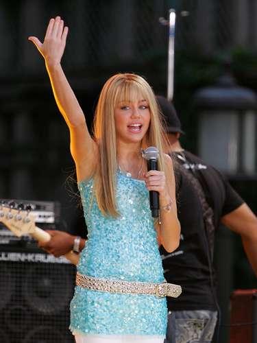 Antes de cumplir 10 años, mientras miraba un musical junto a su papá, Miley descubrió que quería ser cantante y actriz. A los 11 años consiguió el rol que le cambió la vida: ser protagonista de Hannah Montana.