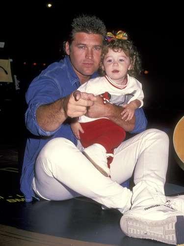 Miley Ray Cyrus (Destiny Hope Cyrus) nació el 23 de Noviembre de 1982. Su papel de Hannah Montana en Disney la hizo conocida mundialmente. Tras dejar la serie, Miley se lanzó como cantante solista, además de hacer cine y presentar una línea de ropa. Aquí se la ve con su papá Billy Ray Cyrus, en 1994, cuando tenía apenas dos años.