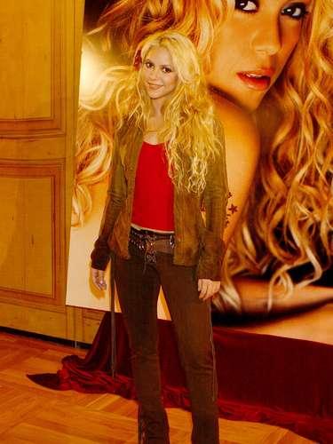 En el 2001 Shakira sacó su disco 'Servicio de lavandería' mismo que editó en español e inglés para empezar su promoción en Estados Unidos.