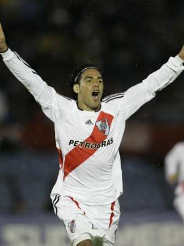 He stayed with River untill 2009, scoring 45 times in 109 matches and winning the Clausura 2008 title. He also scored his first hat trick as a professional on September 28th, 2007 vs Brazil's Botafogo for Copa Sudamericana.