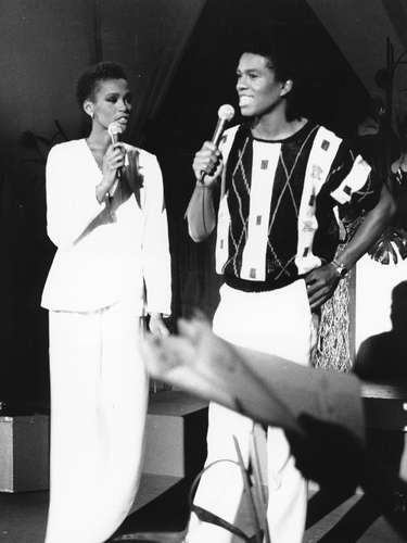 Julio 25, 1984 - Whitney Houston cantando junto a Jermaine Jackson