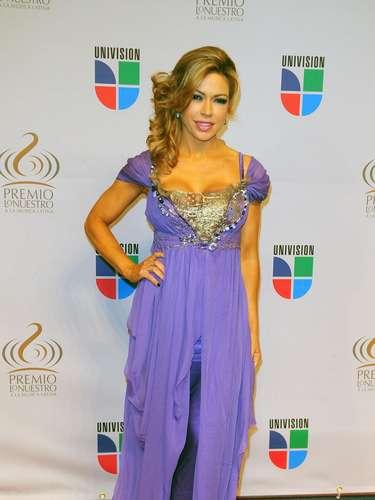 Claudia Molina - Se vienen los Premios Lo Nuestro A La Música Latina y para ir calentando el ambiente te traemos los escotes más llamativos  y sensuales que han llevado las espectaculares féminas a través de los años en su paso por la alfombra roja en la gran fiesta de la música latina.