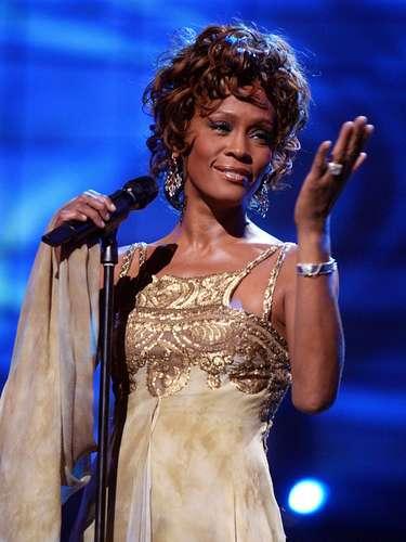 WHITNEY HOUSTON. El resultado de la autopsia a la cantante dio como resultado de que Houston murió por un ahogamiento accidental debido a los efectos del consumo de cocaína y a una enfermedad cardíaca. Whitney fue encontrada sin vida en la bañera de su habitación en un hotel de Beverly Hills el 11 de febrero de 2012.