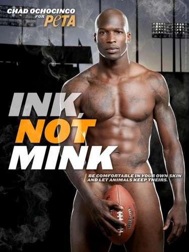 Chad Ochocinco, jugador de fútbol americano. Peta sigue desnudando a los famosos. Esta vez con la campaña Tinta, no mink, les quitó la ropa a los artistas tatuados que mostraron sus cuerpos por el bien de los visones.