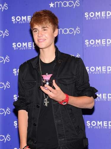 4 - Lanzamiento de su perfume. Justin Bieber también es empresario, pues el 23 de junio de 2011 lanzó en Nueva York una fragancia para el disfrute de todos los fans.
