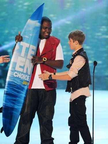 8 - Hace de las suyas en los Teen Choice Awards 2011. En éstos importantes premios el joven fue galardonado con cuatro tablas,  que lo colocaron como uno de los grandes ganadores de la cita.