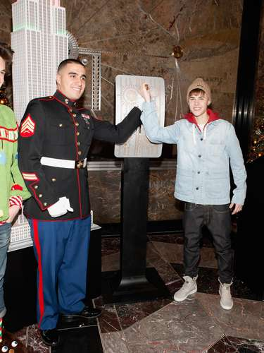 6 - Encendiendo las luces del Empire State. Bieber y el Sgt. Benjamin Hernández fueron los encargados de darle el toque navideño al emblemático edificio de la ciudad de Nueva York el 18 de noviembre de 2011.