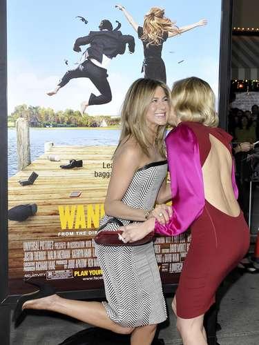 Jennifer Aniston y Malin Akerman con su reencuentro en la premiere de  'Wanderlust'.