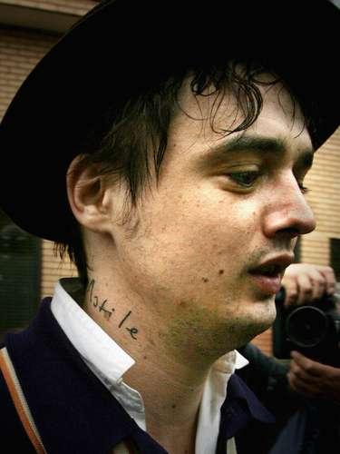 El polémico Pete Doherty tiene un singular tatuaje en el cuello. También tiene otros en sus brazos