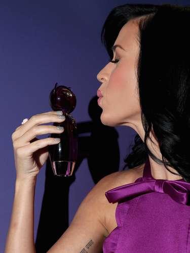 Katy Perry es otra de las famosas que traen tatuajes y en su muñeca tiene escrito 'Jesus'