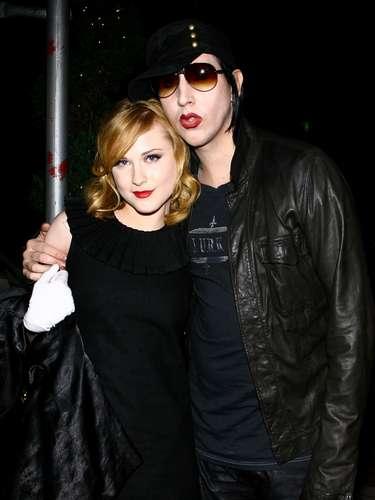 Evan Rachel Wood y Marilyn Manson. Mientras Manson estuvo casado con Dita Von Teese y cuyo matrimonio ya estaba acabado, el rockero empezó a salir con Evan Rachel Wood de 19 años. La relación de ellos comenzó en el 2006 cuando se conocieron cuando Eva audicionó para la película 'Phantasmagoria'.