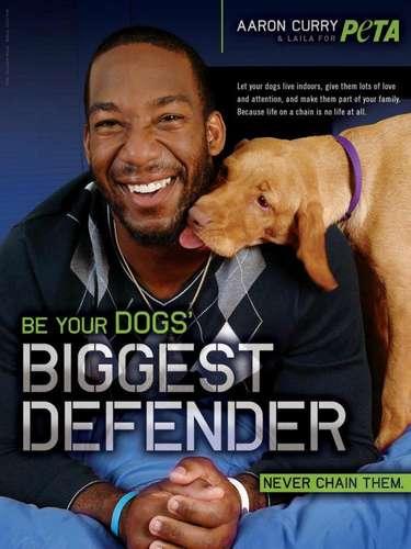 Aaron Curry se deja consentir por su perra Laila. 'Sé el mejor defensor de tu perro'