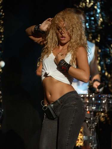 Shakira desde los comienzos de su carrera empezó a dar muestras que es una cantante muy sensual.