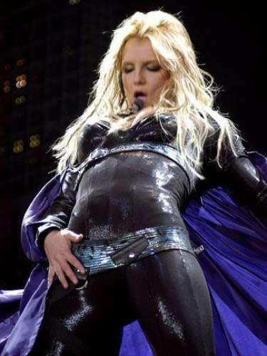Britney Spears está orgullosa de su cuerpo, por eso lo recorre sin parar cuando canta.
