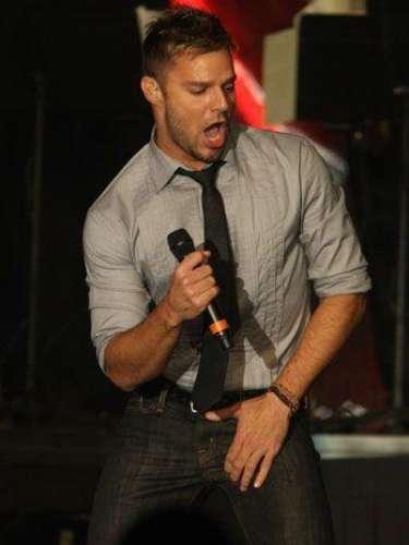 ¡OMG! Ricky Martin mientras baila bastante emocionado acomoda su miembro.