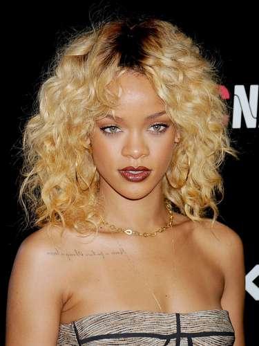 Rihanna tiene varios tatuaje aquí la leyenda de en frente.