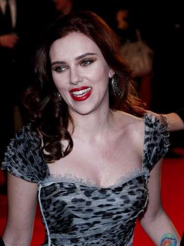 Es bien conocido el tatuaje en el antebrazo de Scarlett Johansson. Un bello paisaje colorido.