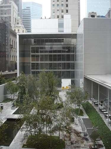 Museo de Arte Moderno (Nueva York). También conocido como MoMA, es uno de los mejores museos de arte moderno del mundo. Cuenta con piezas como 'La noche estrellada' de Van Gogh, 'Broadway Boogie Wogie' de Piet Mondrian, 'Las señoritas de Avignon' de Pablo Picasso y 'La persistencia de la memoria' de Salvador Dalí.