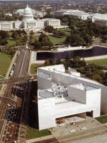National Gallery of Art (Washington). Se encuentra en una zona de la ciudad conocida como National Mall donde también está el famoso Smithsonian. En su interior se pueden encontrar obras de Rafael, Leonardo da Vinci y Andy Warhol.