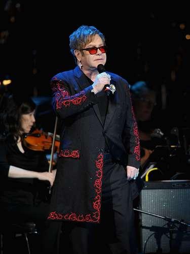 Elton John: El ícono de la música y su pareja, David Furnish, fueron la primer pareja británica que se unió legalmente en el año 2005. Elton había estado casado con una mujer en 1984.
