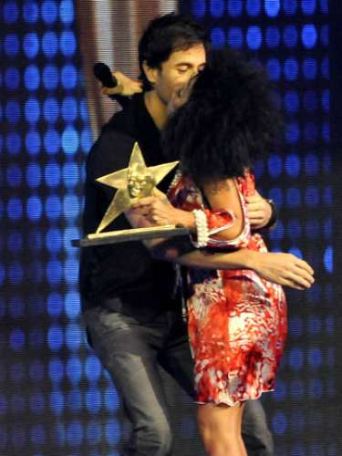 No sólo en los conciertos el hijo de Julio Iglesias muestra sus artes para la seducción, también lo hace en las premiaciones a las que asiste, así quedó demostrado al dejarse ver bastante afectivo con Alejandra Guzmán al recibir un galardón en Los Premios TV y Novelas 2011.