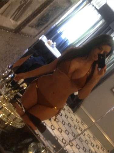Kim Kardashian nos sigue regalando este tipo de fotos muy sexys. La socialité en bikini, presumiendo cuerpazo y aclarando que su cuerpo es natural y nada de photoshop. ¡Mamacita!