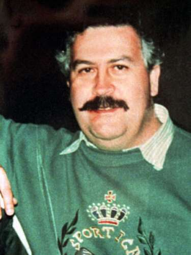 Tras varios meses de búsqueda, el jefe máximo de la mafia colombiana, Pablo Escobar, fue localizado en un barrio de Medellín, donde fue abatido en diciembre de 1993 por las autoridades, aunque hay otras versiones que afirman que el capo se habría suicidado.