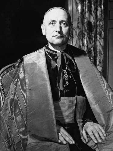 El cardenal Jozsef Mindszenty vivió 15 años en la embajada de Estados Unidos en Budapest, entre 1956 y 1971. Mindszenty, anticomunista y opositor a la persecución estalinista en su país, fue acusado de traición y conspiración en 1949 y condenado a cadena perpetua .