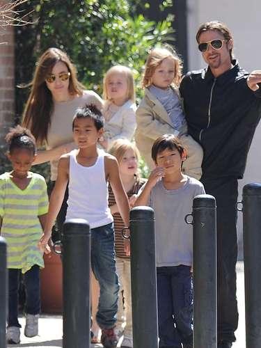 Brad y Angelina con sus seis niños de paseo: Zahara, Maddox,