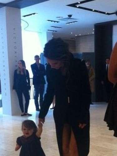 Harper Beckham cumplió un año el pasado 7 de Julio y esta semana fue fotografiada caminando en Irlanda, de la mano de su elegante mamá, Victoria