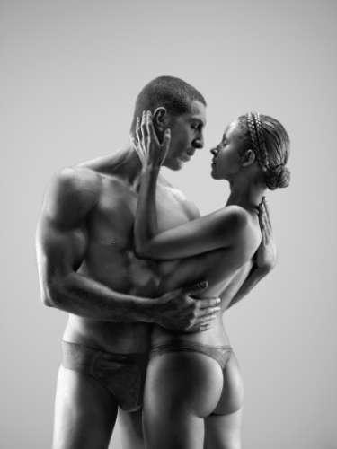 Recuerda que un streptease es un baile sensual, lo importante es que juegues al ritmo de la música con tu cuerpo y para no hacerlo tan largo, luego de unos segundos de baile espontaneó incluye a tu pareja e invítalo al baile, así podrás seducirlo con tu mirada y coquetería.