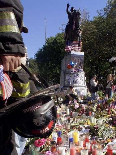 En Nueva York dos aviones se estrellaron contra las Torres Gemelas del World Trade Center (WTC), dejando unos 3.000 muertos. El primer impacto se produjo a las 8:46 AM. Fue el Boeing 757 que chocó contra la Torre Norte. Dos minutos después, la televisión ya transmitía en directo imágenes del lugar.