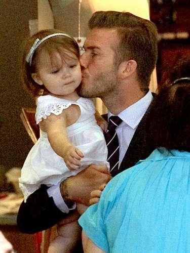 Después del éxito de Victoria, Harper y su papá fueron a celebrar con su mamá. Mientras Davis se mostraba pulcro con un traje negro, Harper lucía adorable en un vestido blanco y zapatos negros