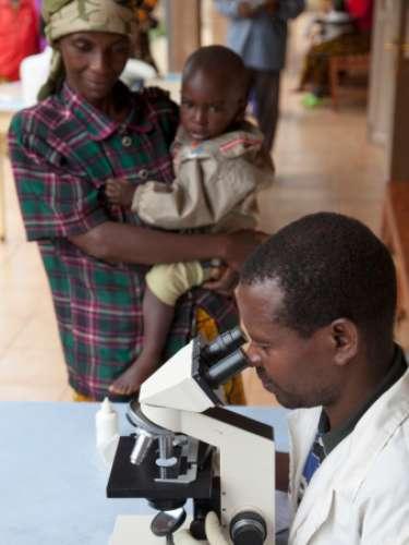 BURUNDI: Este país africano es uno de los más pobres del mundo debido en parte a su sistema jurídico deficiente, al pobre acceso a la educación y a la proliferación del VIH/SIDA. Aproximadamente 80% de la población vive bajo la línea de la pobreza.