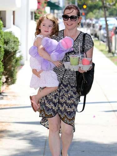 Alyson Hannigan fue captada al salir con su hija en Santa Mónica. Satyana compró bebidas y entró en una tienda de juguetes antes de irse a su casa a nadar en su piscina y escapar del calor cuando las temperaturas alcanzaron 90 grados
